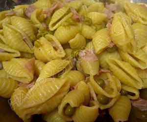 Shells Pasta with Ham, Peas and Sage - By happystove.com